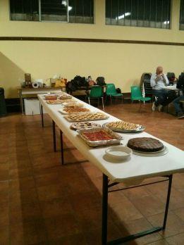 buffet di dolci frutto del lavoro di mamme, nonne e amici